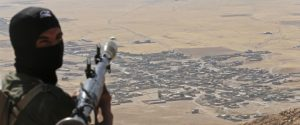 A Kurdish Peshmerga fighter holds a a rocket-propelled grenade launcher as he takes up position in an area overlooking Baretle village (background), which is controlled by the Islamic State, in Khazir, on the edge of Mosul September 8, 2014. The Kurdish fighters are firing from an area they had retaken from the Islamic State, on Bashiqah mountain.  September 8, 2014. REUTERS/Ahmed Jadallah (IRAQ - Tags: CIVIL UNREST CONFLICT TPX IMAGES OF THE DAY) - RTR45EED